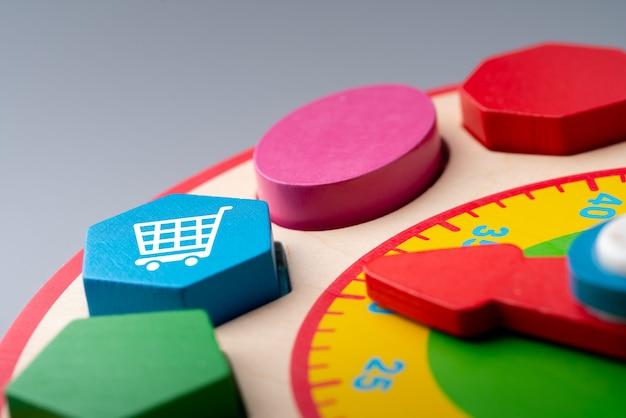 On-line-einkaufsikone auf buntem puzzle für globales konzept