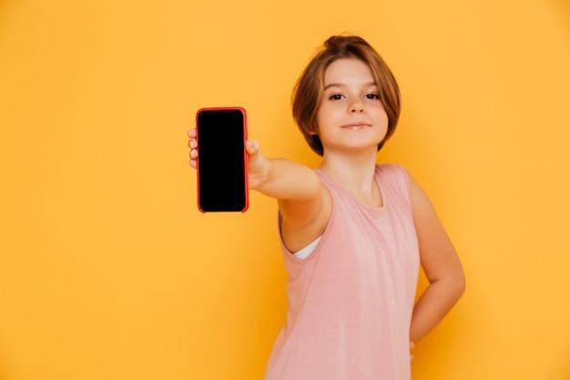 ? onfident-hübsches mädchen, das den leeren bildschirm des smartphone lokalisiert zeigt