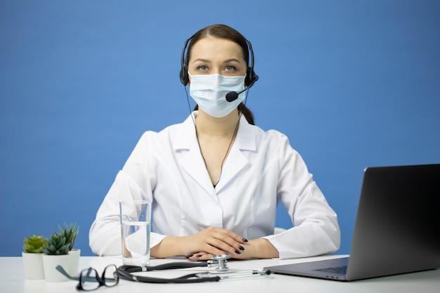 Online ärztliche beratung. junge medizinische mitarbeiterin an der hotline mit patienten