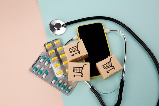 Online-apotheke. viele pillen, stethoskop und kisten mit medikamenten.