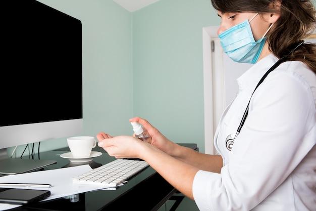 Online-beratung mit arzt am computer, videoanruf beratung mit krankenschwester mit laptop, gesundheitskonzept