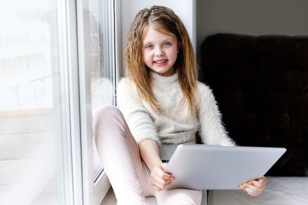 Online-bildung und fernunterricht für kinder, die in quarantäne zu hause unterrichtet werden