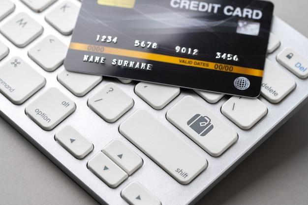 Online-buchung von reisen und flugzeugen mit kreditkarte