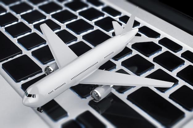 Online-buchungskonzept mit 3d-rendering-flugzeug auf der tastatur