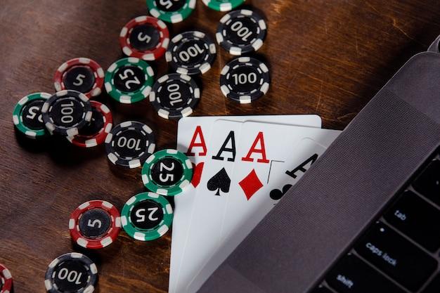 Online-casino-konzept. spielchips und karten auf einem hölzernen hintergrund.