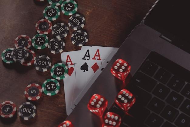 Online-casino-konzept. spielchips, würfel und karten auf einem hölzernen hintergrund.