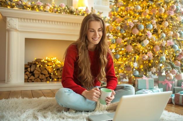 Online-dating. hübsche junge frau, die ein online-date hat und sich glücklich fühlt