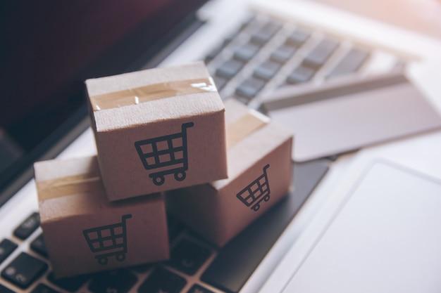 Online einkaufen einkaufen im online-web. bei bezahlung mit kreditkarte auf dem laptop