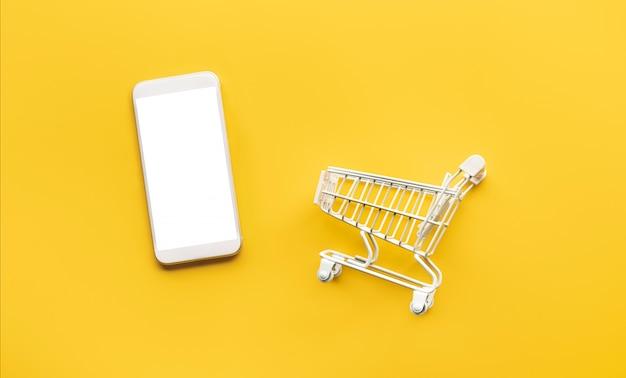 Online-einkaufskonzepte mit modellwagen und smartphone