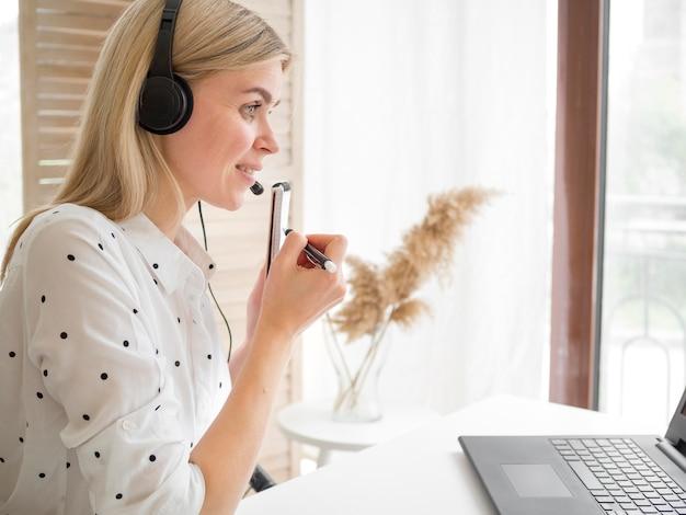 Online-fernstudentin und ihre präsentation