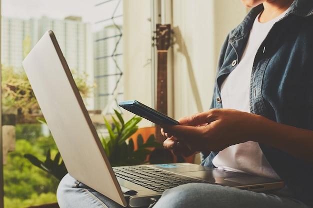 Online-geschäft machen von zu hause aus. laptop und smartphone verwenden geräte zum verbinden von big data auf der ganzen welt