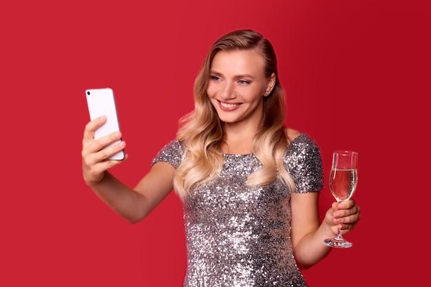 Online-glückwunschfrau mit champagner in der hand
