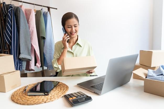 Online-händler für kleinunternehmer, die im geschäft arbeiten und produkte für die lieferung an kunden vorbereiten