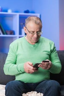 Online-internet-shopping. mann mit kredit- oder debitkarte kauft im elektronischen geschäft im internet per smartphone. bezahlen für smartphone-fall in online-shop-anwendung mit dem handy