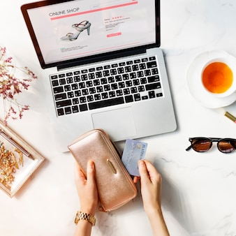 Online-kauf-kreditkarten-geldbörsen-tee-konzept