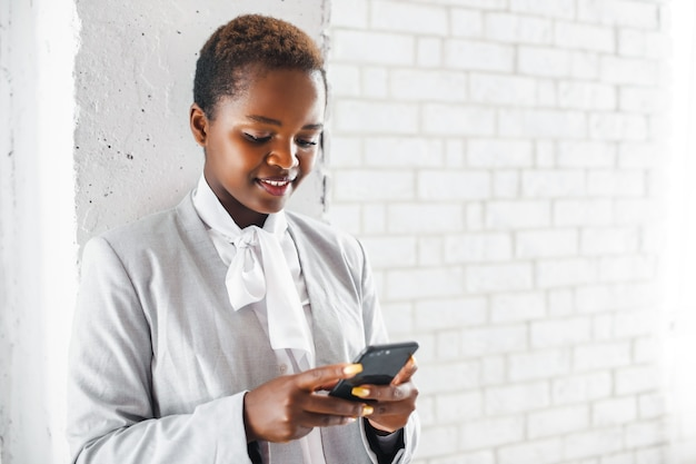 Online-kommunikation mobile kommunikation schwarze geschäftsfrau mit einem telefongeschäftskonzept
