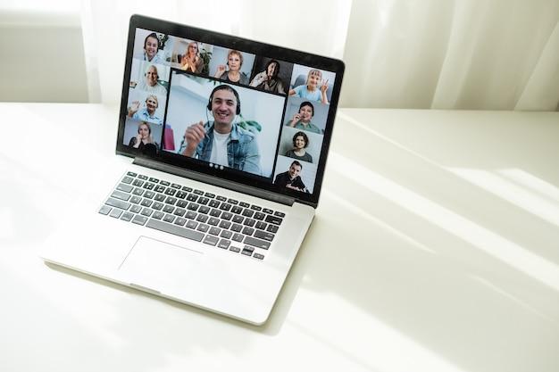 Online-konferenz von kollegen über einen laptop. videoanruf zum training. bildungs-webinar-chat zwischen verschiedenen personen. teamsitzung.