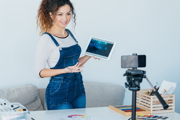 Online-kunstkurs. künstler machen video-tutorial oder live-streaming