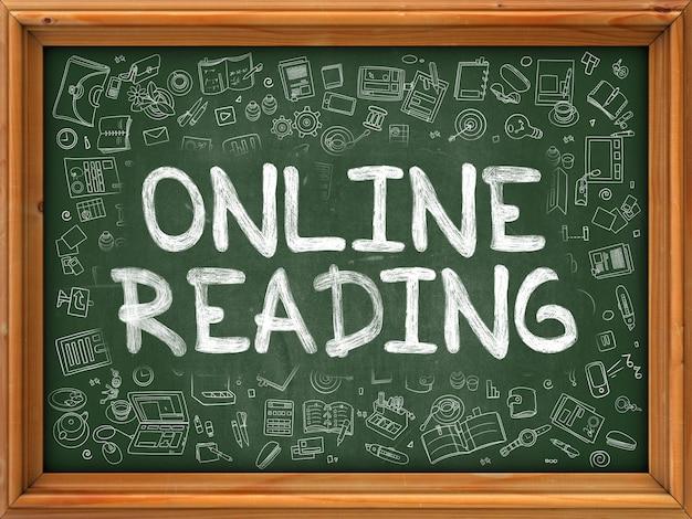 Online-lesen - handschriftliche inschrift von kreide auf grüner tafel mit doodle-symbolen herum. moderner stil mit doodle-design-ikonen. online-lesung zum hintergrund einer grünen tafel mit holzrand