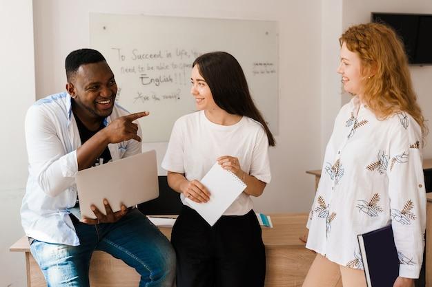 Online multiethnisch attraktive gruppe von lehrern lernen und lachen, etwas diskutieren