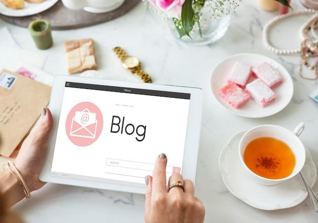 Online-nachrichten-blog-chat-kommunikation umhüllen grafisches symbolkonzept