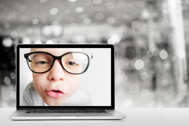 Online-schule über laptop zu hause aufgrund von coronovirus covid-19