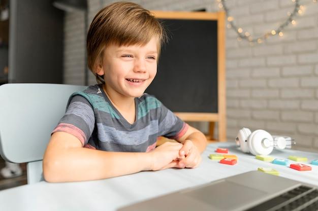 Online-schulinteraktionen mit smileys
