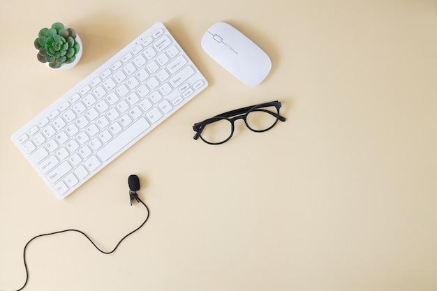 Online-schulungskurs oder bildungskonzept draufsicht. tastatur mit mikrofon auf dem desktop