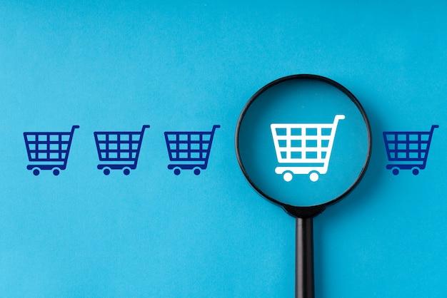 Online-shopping & business auf retro-computertastatur mit lupe