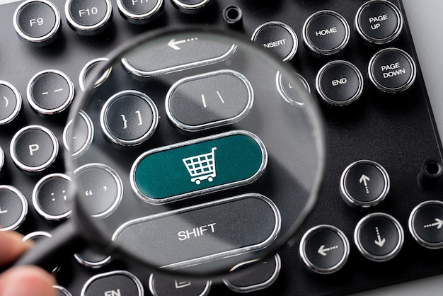 Online-shopping & business-symbol auf retro-computer-tastatur
