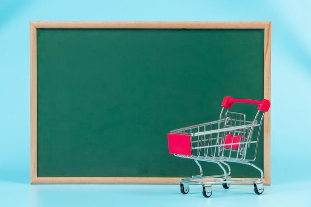 Online-shopping, ein doppelwagen auf einem grünen brett auf einem blauen platziert.
