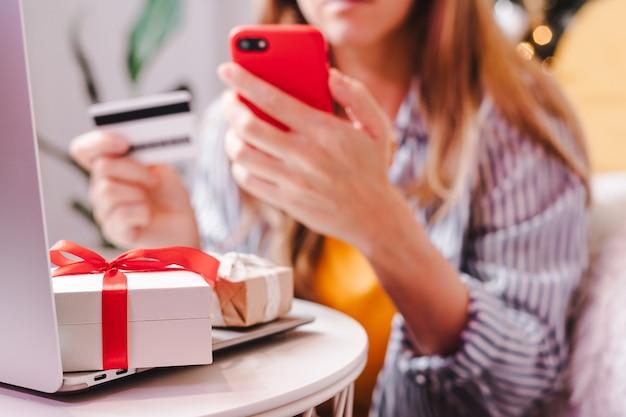 Online-shopping im urlaub mit kreditkarte und laptop.