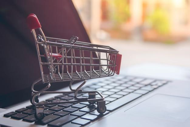 Online-shopping-konzept leerer einkaufswagen auf einer laptoptastatur