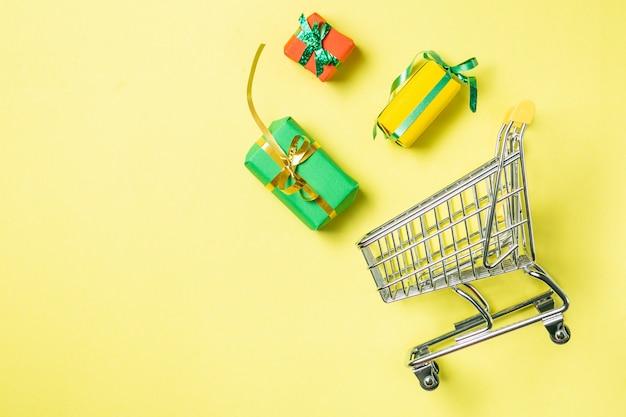Online-shopping-konzept - wagen voller geschenke. schwarzer freitag und ciber mondey