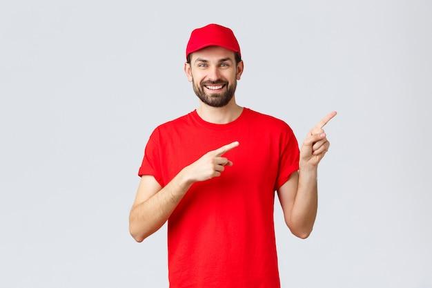 Online-shopping-lieferung während der quarantäne und des takeaway-konzepts lächelnder, fröhlicher kurier informiert den kunden ...