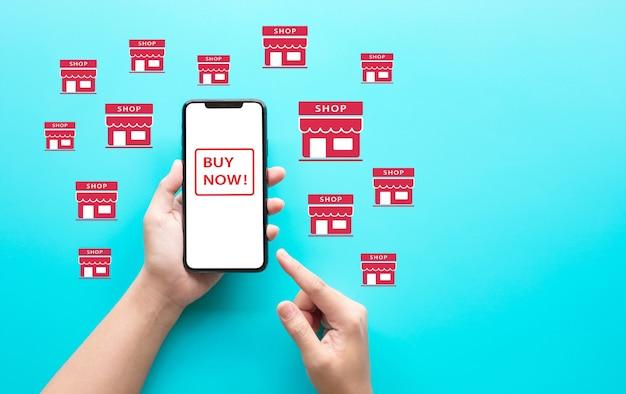 Online-shopping mit jungen leuten über eine app auf dem smartphone