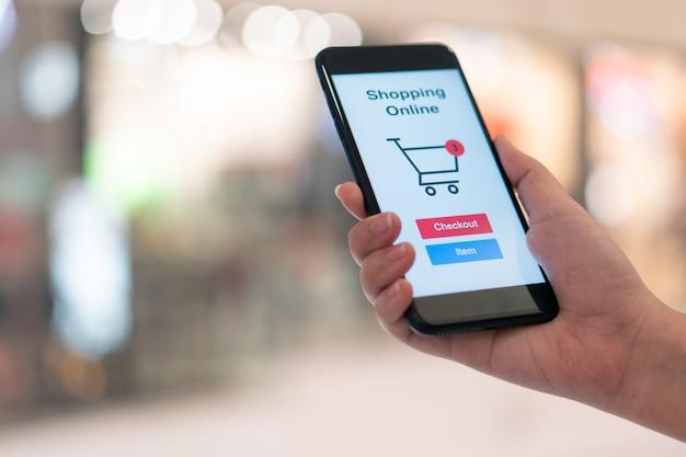 Online-shopping mit lieferservice für smartphone und einkaufstaschen