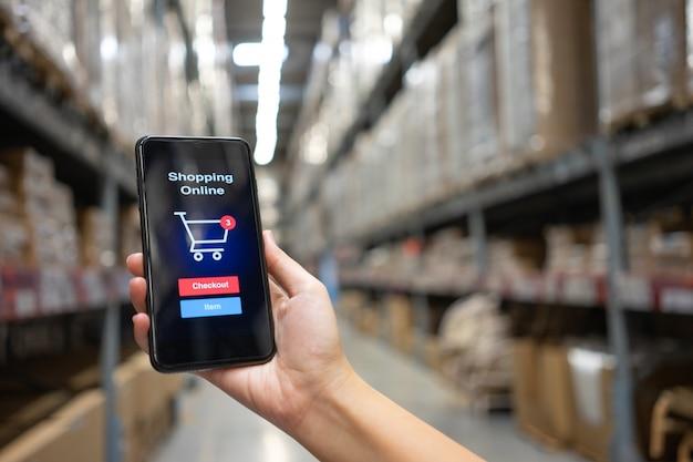Online-shopping mit smartphone und einkaufstaschen lieferservice