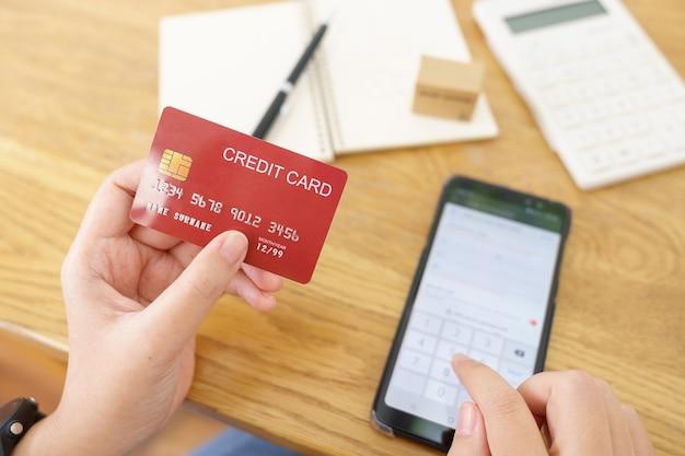 Online-shopping mit smartphone und kreditkarte