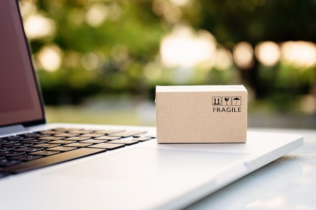 Online-shopping- oder e-commerce-lieferservicekonzept