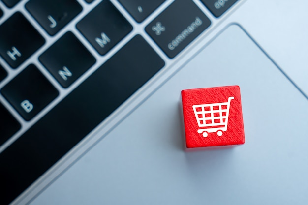 Online-shopping-symbol auf buntem puzzle-würfel