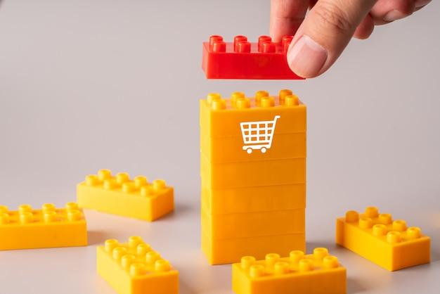 Online-shopping-symbol auf bunten plastikblöcken
