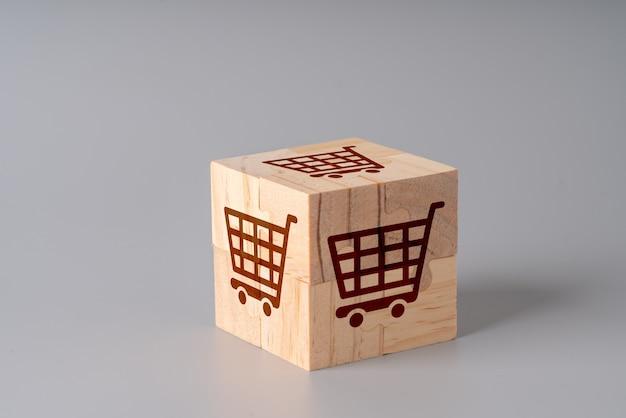 Online-shopping-symbol auf einem holzwürfel