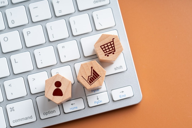 Online-shopping-symbol auf holz sechseck puzzle