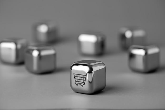 Online-shopping-symbol auf metallwürfel für futuristischen und kreativen stil