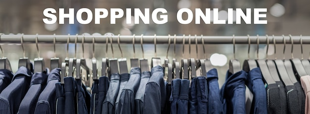 Online-shopping-text über banner-webseite des kleiderständers im brillenmodegeschäft