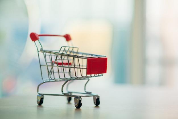 Online-shopping über einen einkaufswagen. - bild