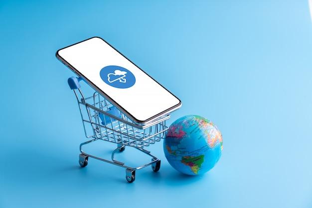 Online-shopping und cloud-symbol auf handy-anwendung