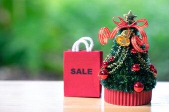 Online-Shopping- und Einkaufstüten-Lieferservice Miniatur-Weihnachtsbaum