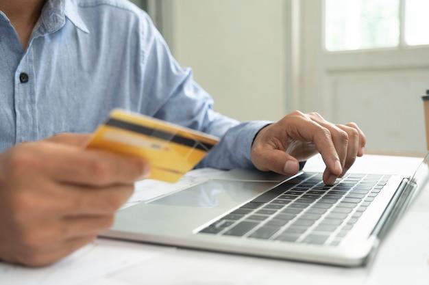 Online-shopping und online-banking für unternehmen. kunden, die online einkaufen, bezahlen mit kreditkarte.